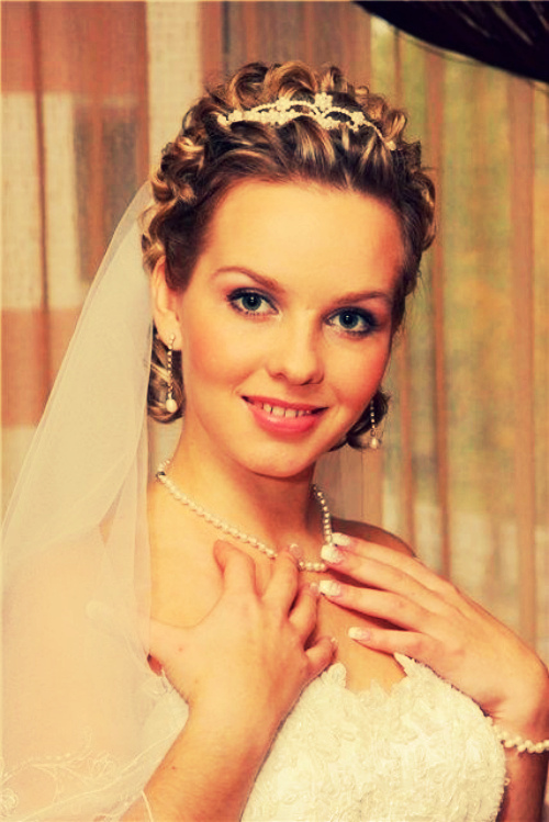 свадебные прически на волосы без челки и с фатой
