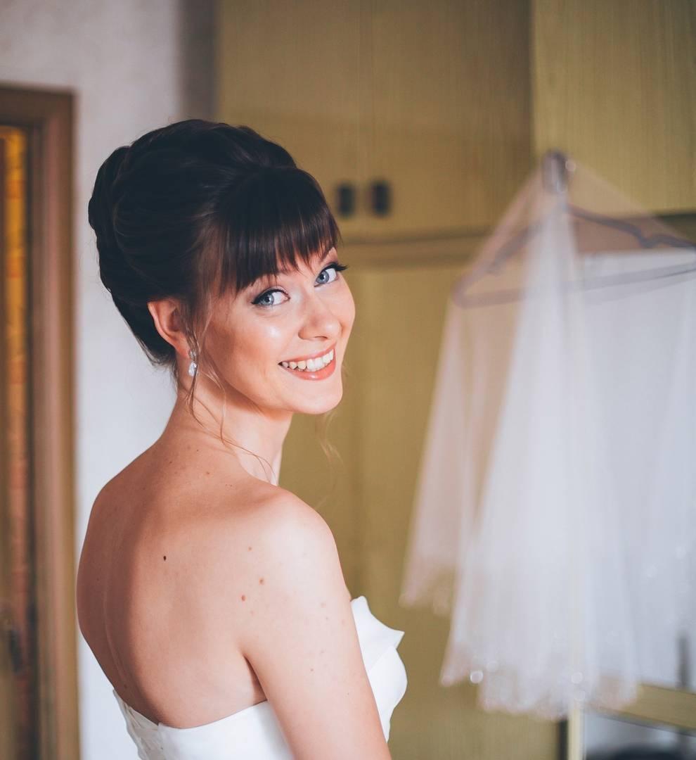 Свадебные прически на средние волосы с прямой челкой фото