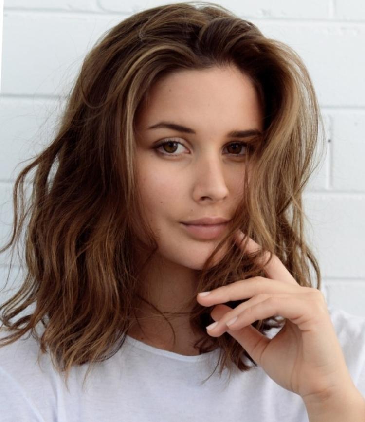 Стрижка для средних волос без челки