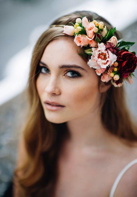 Прически с живыми цветами в волосах (на свадьбу, выпускной, детские)
