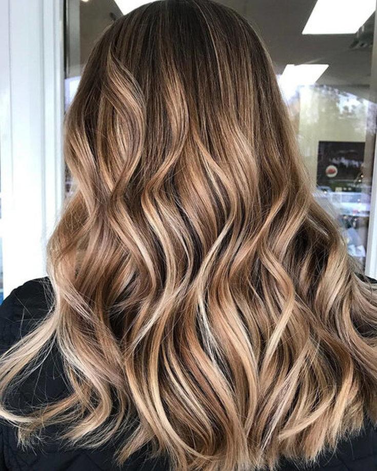 Модные и стильные укладки на средние волосы с крупными локонами