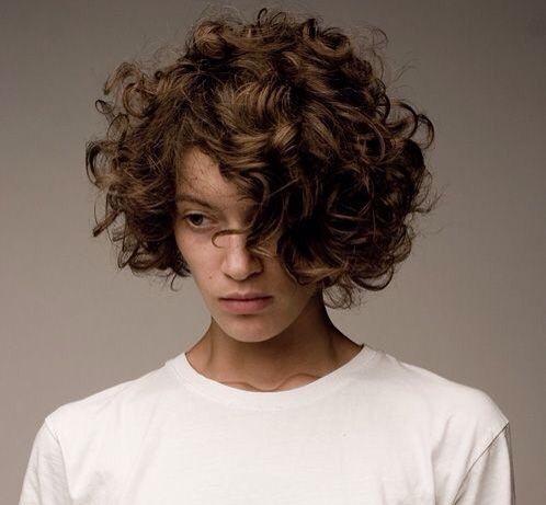 Каре на кудрявые волосы и его фото