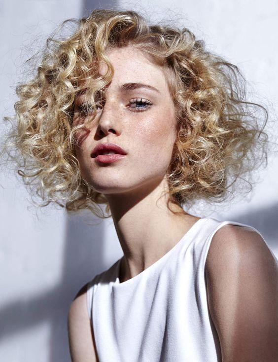 Каре на волнистые волосы кому подойдет такая прическа примеры знаменитостей