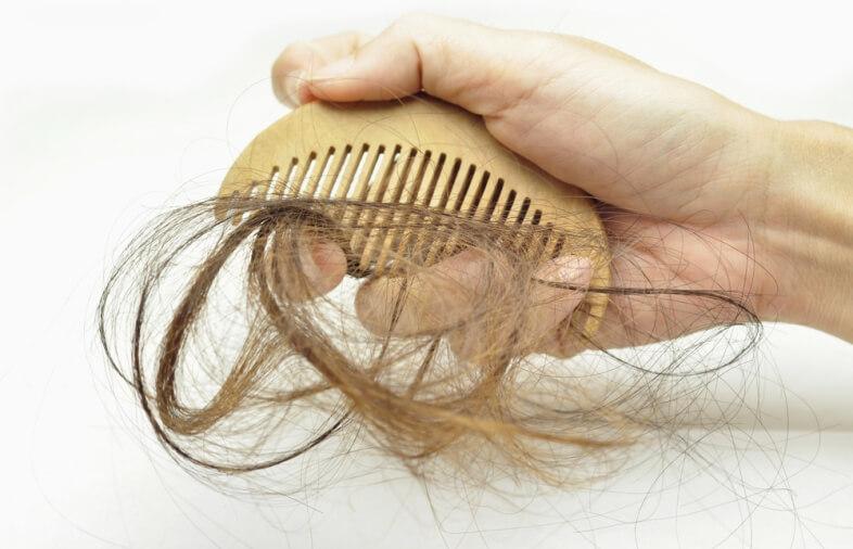причина выпадения волос у женщин после 50