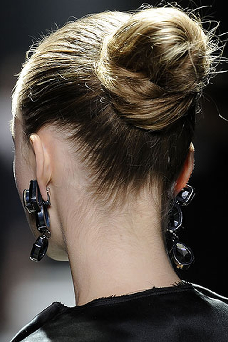 Как сделать шишку из волос с помощью резинки